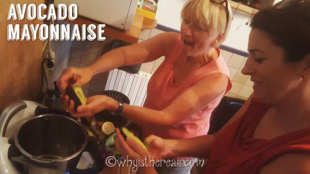 Madame Thermomix discovers Lunchbox Doctor's fantastic trick for getting the flesh out of an avocado skin ;-)